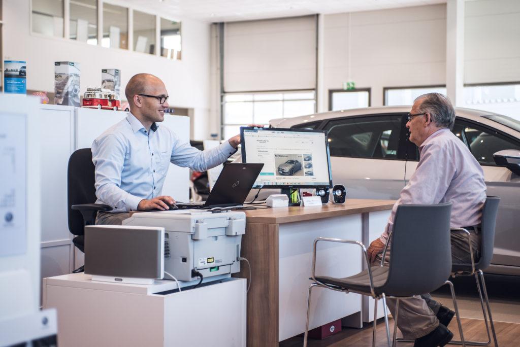 Myyntipäällikkö, Juhani Mattinen, keskustelemassa asiakkaan kanssa
