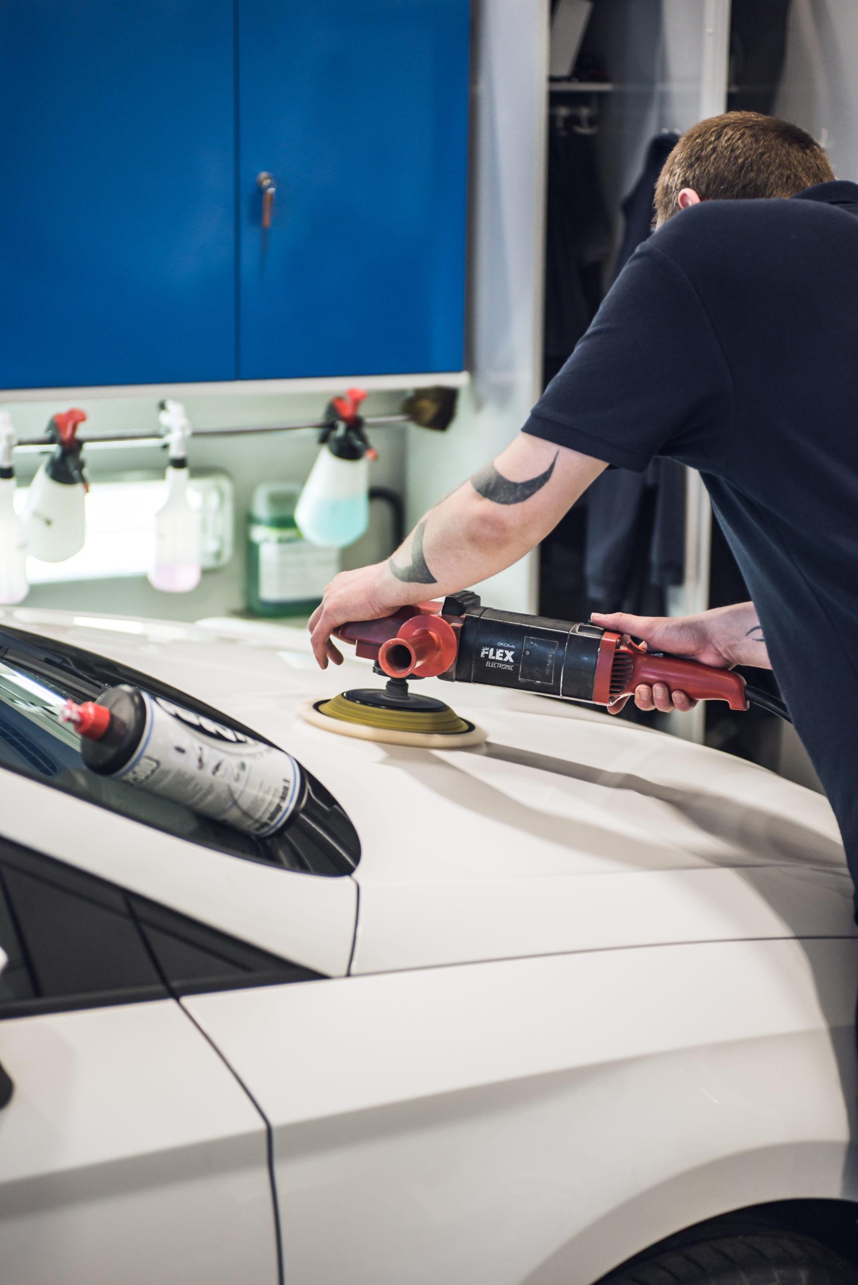Automeikkari, Mikko Virtanen, kiillottamassa vaihtoauton konepeltiä