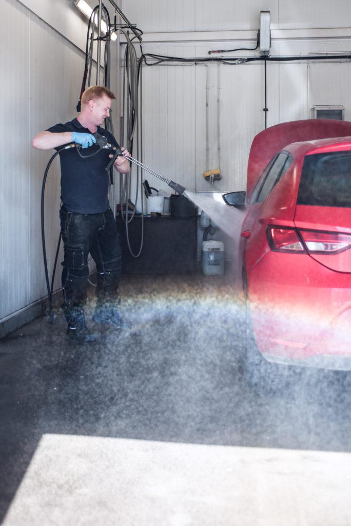Automeikkari, Jaro, pesemässä asiakkaan Seatia