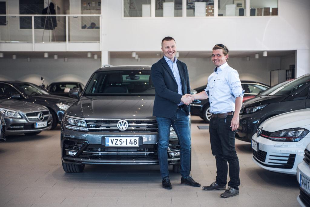 Automyyjä, Toni Vilen, onnittelee asiakasta uuden autonhankinnan kunniaksi