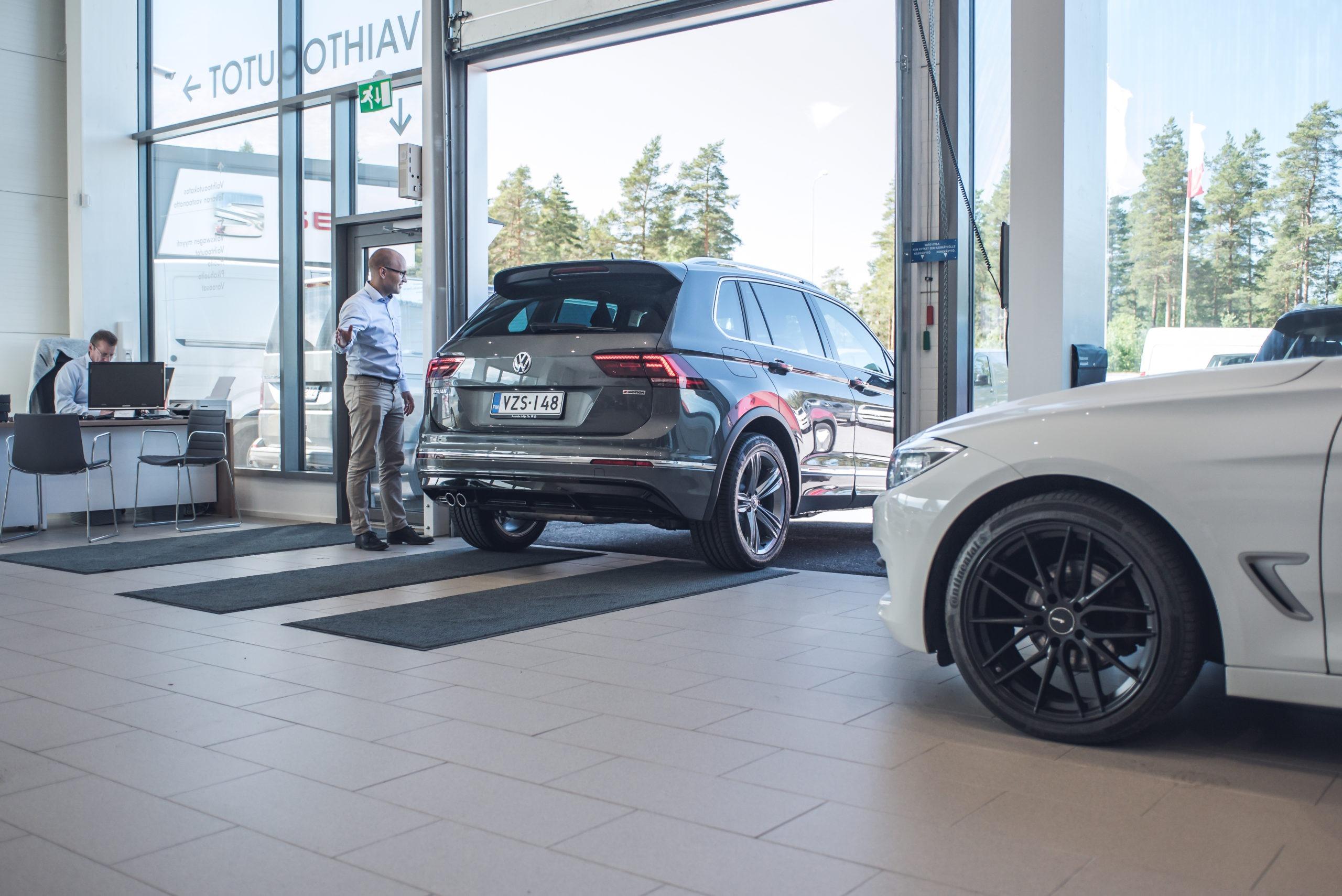 Myyntipäällikkö, Juhani Mattinen, luovuttamassa uutta Volkswagen Tiguania