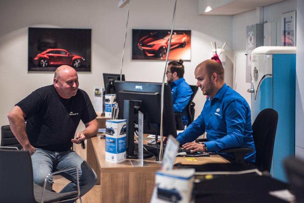 Huoltoneuvoja, Jerry Räikkönen, keskustelemassa asiakkaan kanssa huollon tiskillä