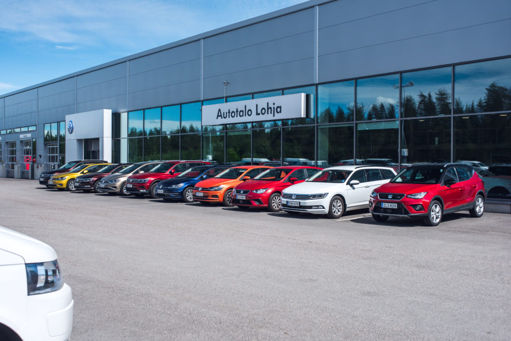 Volkswagen esittelyautoja Autotalon edustalla