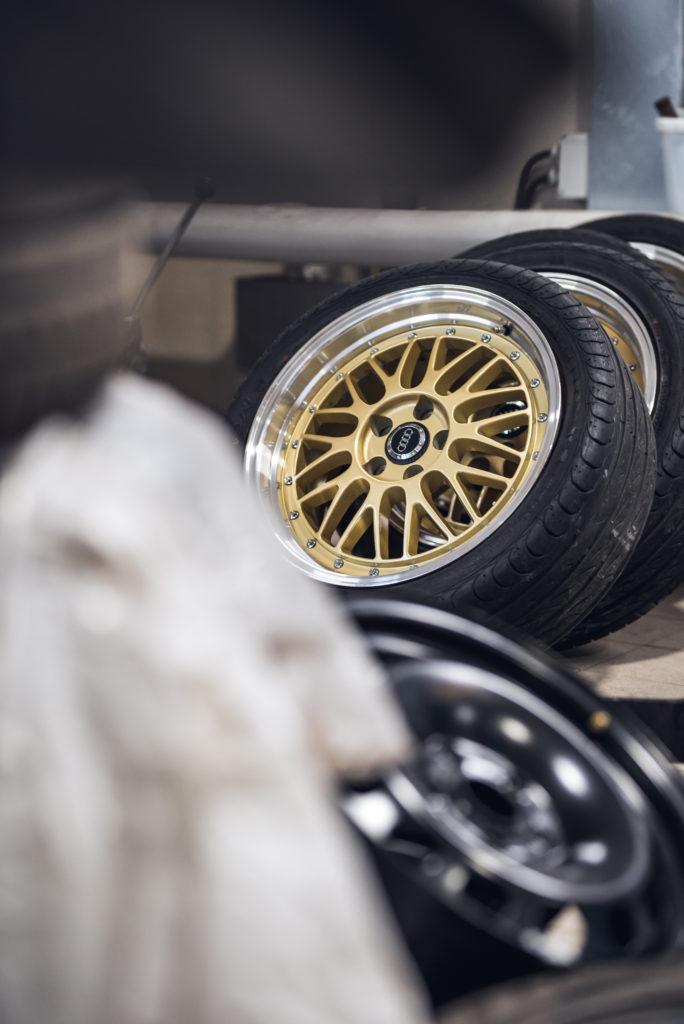 Auton renkaita rivissä