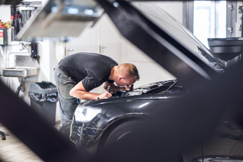 Automekaanikko, Kimmo Syrjälä, tutkimassa asiakkaan auton moottoria