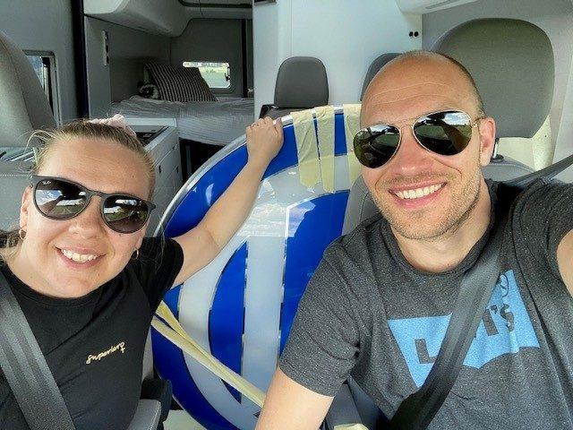 Juhani ja vaimonsa Oona kuljettamassa VW Crafter Grand Californilla yli 30-vuotta vanhaa VW-logoa Classic VW Club Finlandille lahjaksi.
