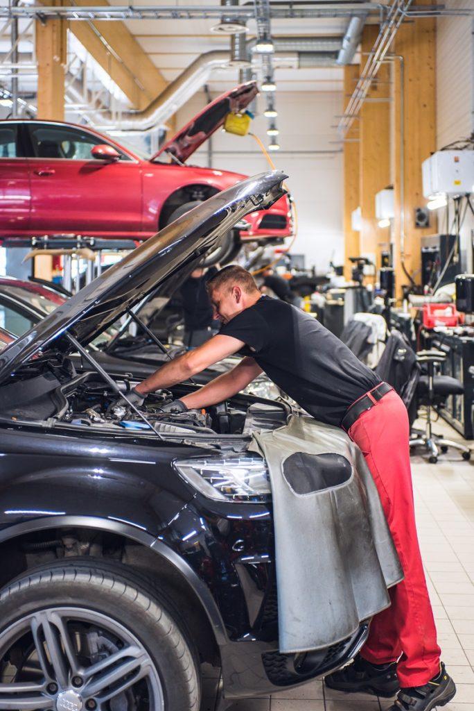 Automekaanikko, Mika Rehn, huoltamassa asiakkaan Audia