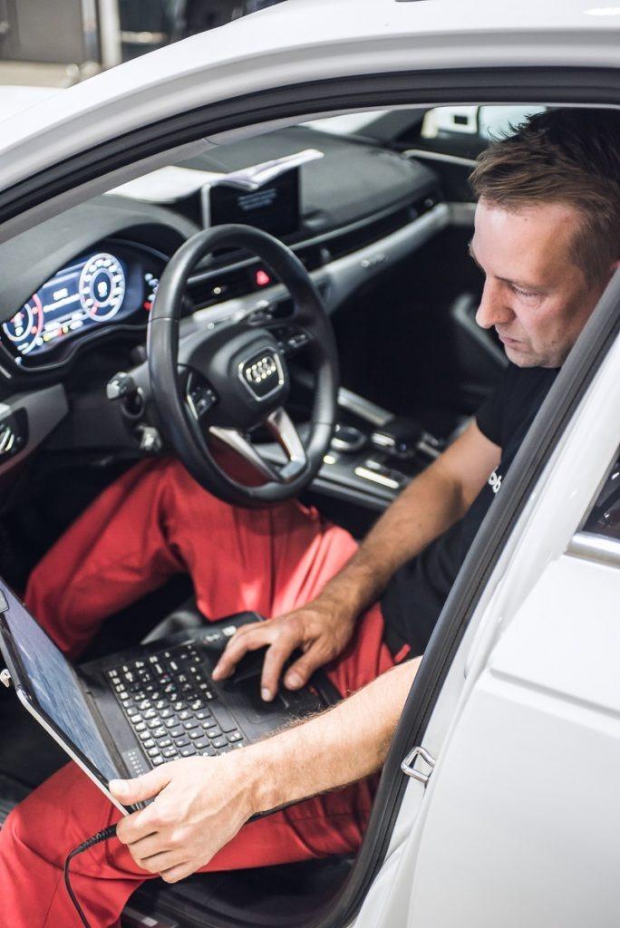 Automekaanikko, Petri Kattelus, huoltamassa asiakkaan Audia